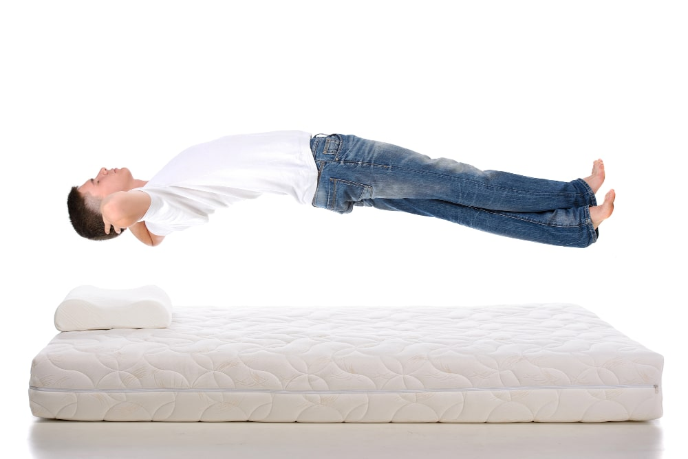 Witte matras op witte boxspring