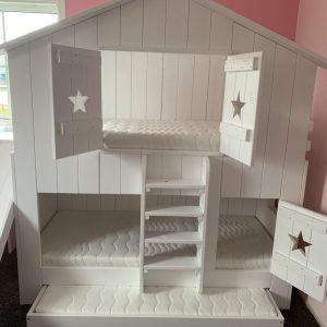 Boomhutbed Chris   Steigerhout   Bedhuisje   Stapelbed   Kinderbed   Wit  