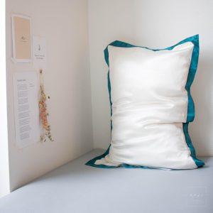 Mori Concept - Delight zijden kussensloop - 50x75 - Creme en Pine Blauw - 100% Moerbei zijde -Mulberry Silk Pillowcase